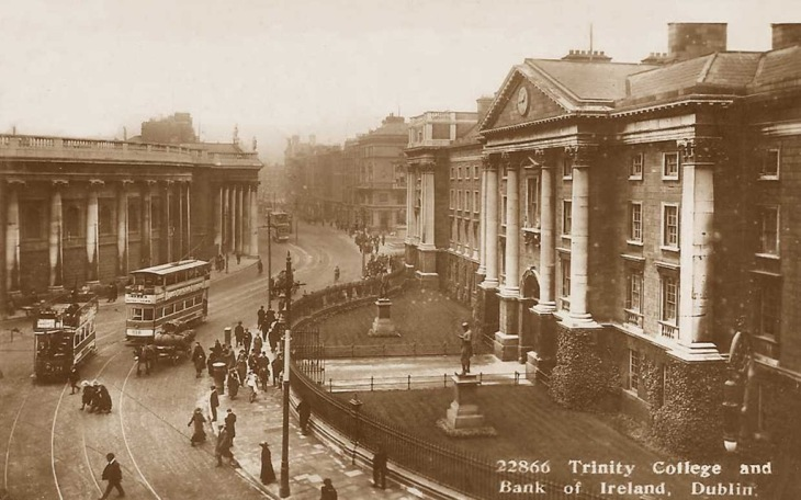 Co-Dublin-Dublin-old-image-of-Trinity-College-and-Bank-of-Ireland-c.1910s-with-vintage-trams